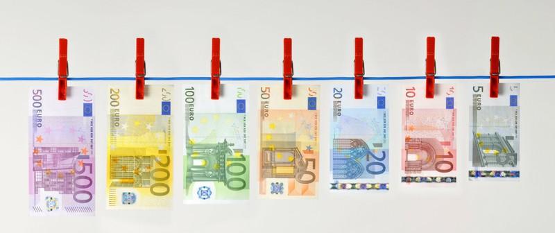 Man muss bei Geldscheinen auf bestimmte Merkmale achten, die verraten, wie viel der Geldschein wert ist.