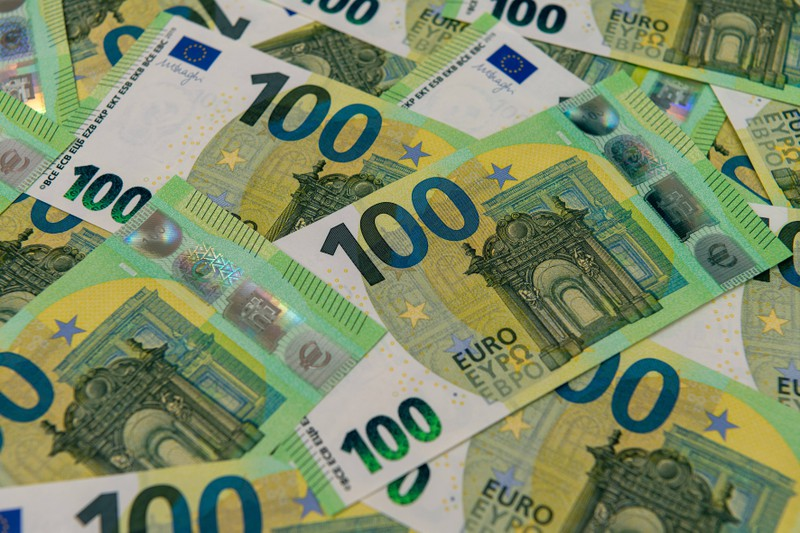 Zu sehen sind einige 100 Euro-Geldscheine