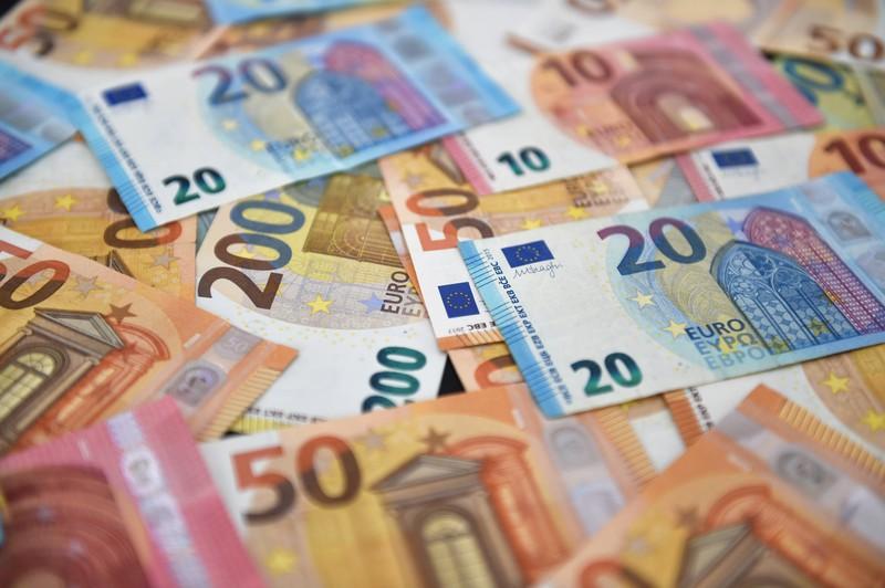 Zu sehen sind Euro-Banknoten, die auf einem Haufen liegen.