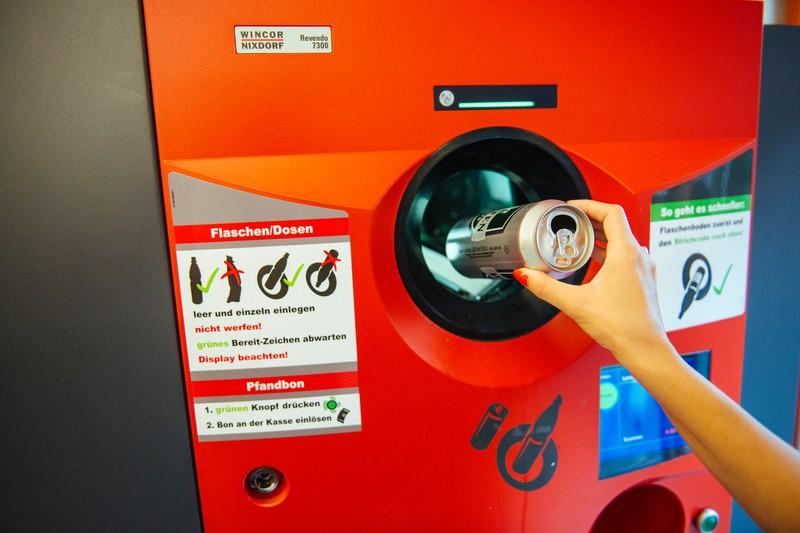 So einfach kannst du den Pfandautomaten manipulieren