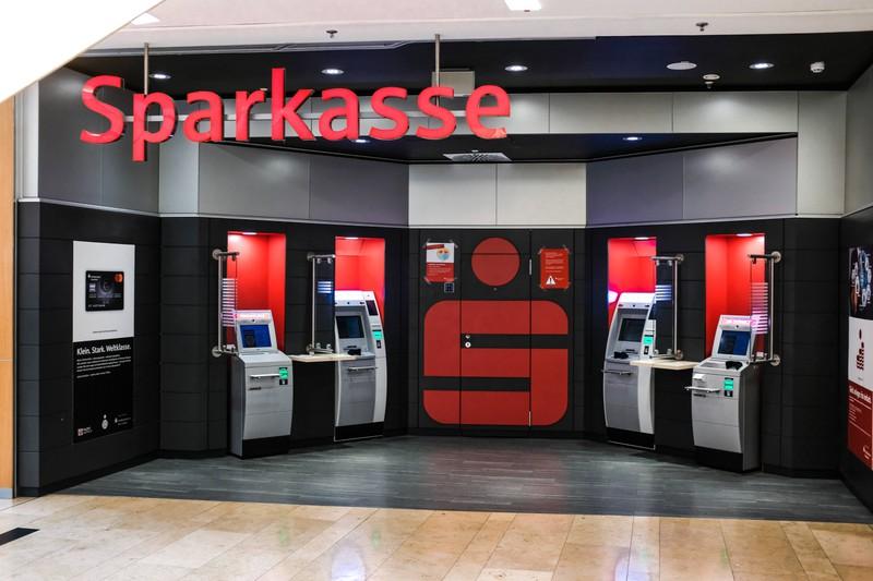 Zu sehen sind Automaten einer Sparkasse.