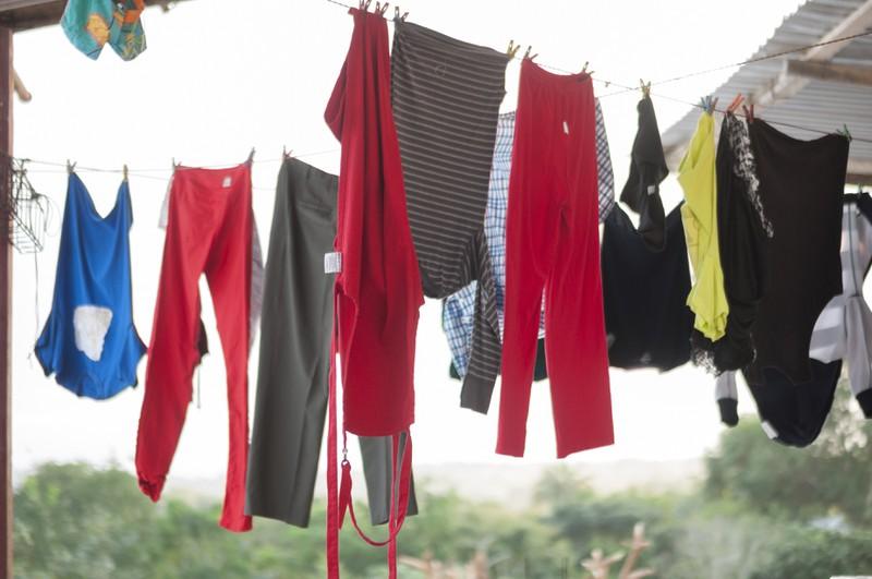 Wäsche hängt zum Trocknen an einer Wäscheleine.
