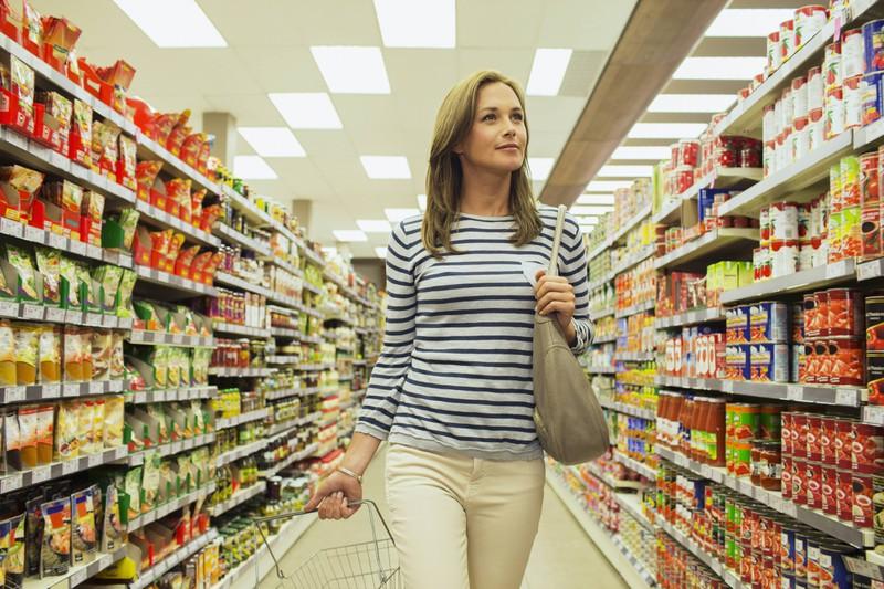 Ein Bild von einem Supermarkt, in dem verschiedene Schilder und Regale sind