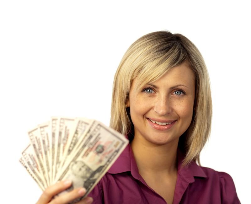 Eine Frau hält Geldscheine in den Händen und es geht um Online Casinos