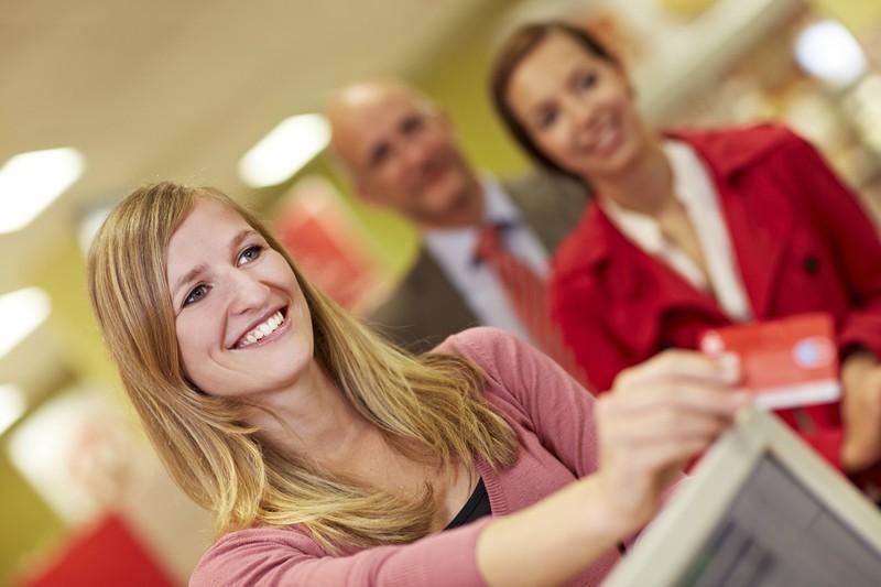 Viele Kunden zahlen inzwischen lieber mit EC-Karte statt Bargeld.