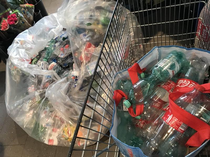 Zerquetschte Plastikflaschen erkennt der Pfandautomat manchmal nicht mehr.