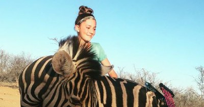 12-jähriges Mädchen ist stolze Trophäenjägerin in Afrika