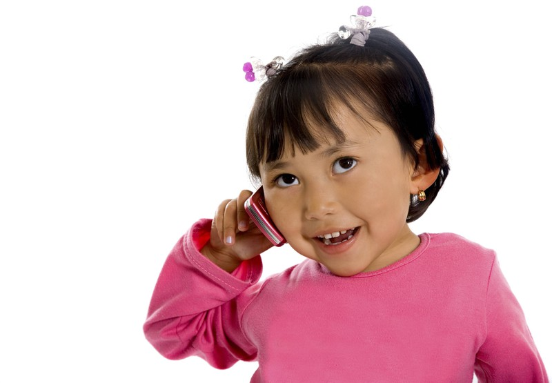 Das kleine Mädchen, das sich um ihren Vater Sorgen macht, muss dem Notruf einige Fragen beantworten.