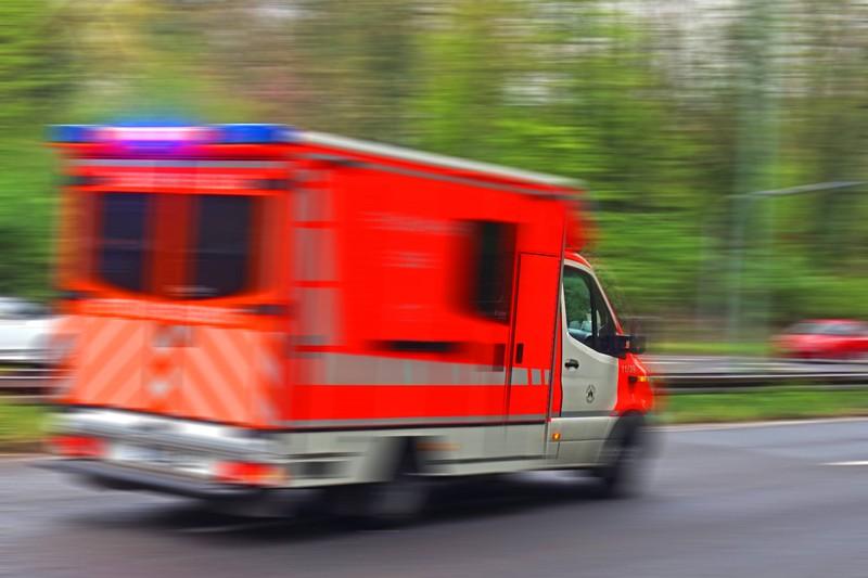 Der Krankenwagen, den der Notruf losgeschickt hatte, macht sich schnell auf den Weg zur 5-Jährigen und ihrem Vater.