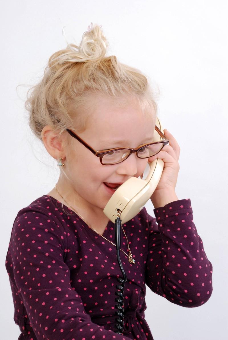 Ein kleines Mädchen ruft beim Notruf an, um ihrem Vater zu helfen.