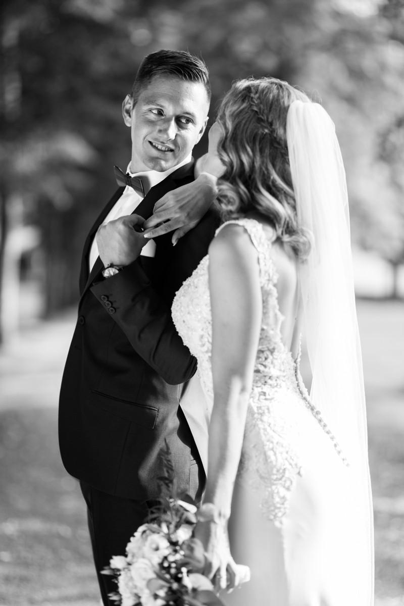 Ein Bräutigam, der sehr ernst zu seiner Braut guckt.