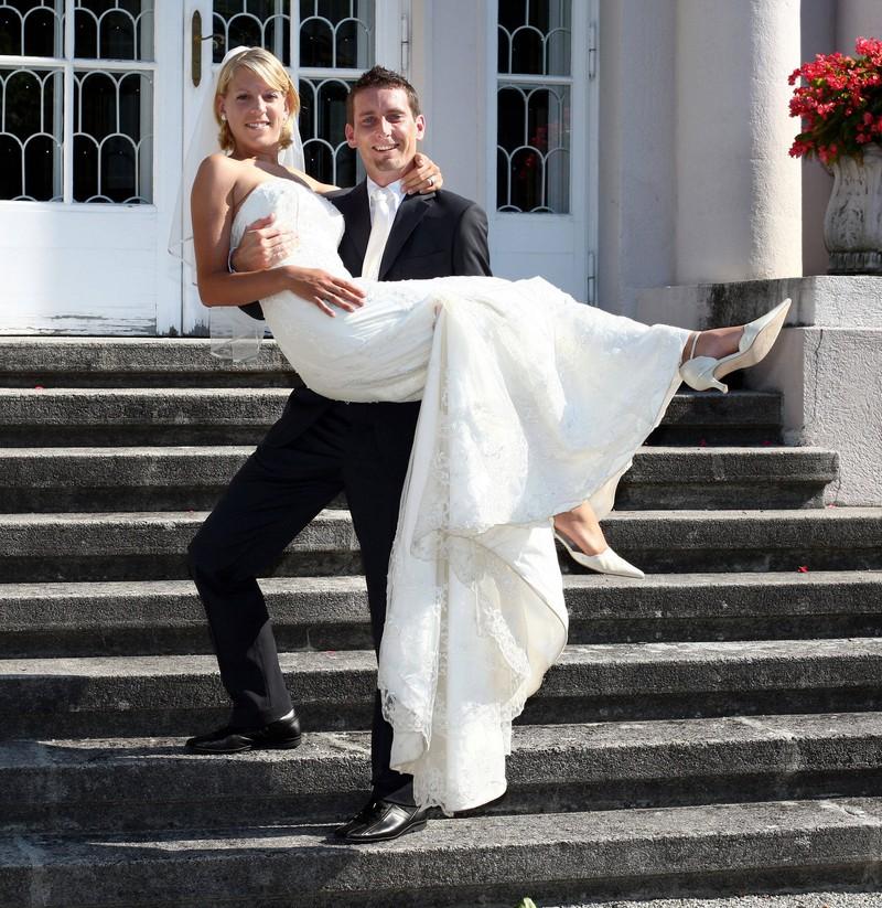 Ein Hochzeitspaar auf der Treppe.