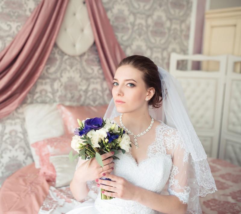 Eine sehr ernst drein blickende Braut.