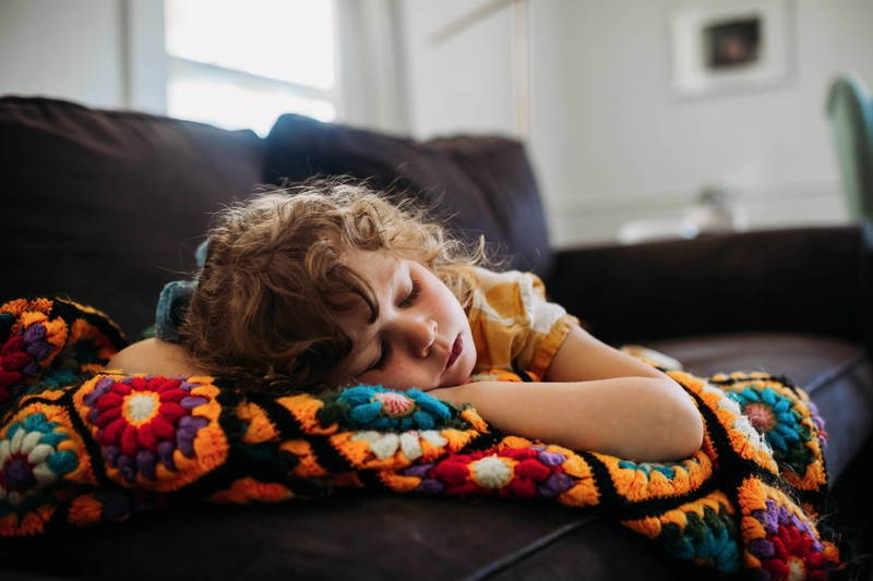 Auch wenn es angenehmer erscheint, das Kind, auf das man aufpassen wird, weiterschlafen zu lassen, so sollte man es kurz wecken.