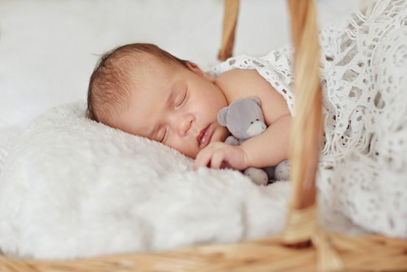 Man sollte ein Kind, das man babysittet, immer aus dem Schlaf wecken, wenn die Eltern des Kindes noch da sind.
