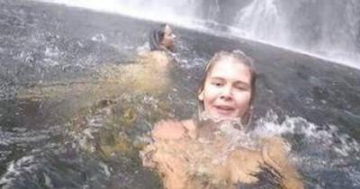 Frau schießt Urlaubsselfie - Im Hintergrund passiert eine Tragödie