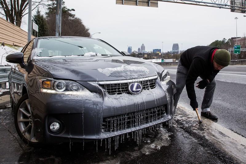 Seine Familie starb, während er das Auto von Schnee befreite