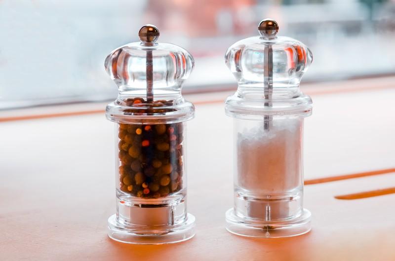 Wenn man weiß, welche Keime sich auf Salz- und Pfefferstreuern in Restaurants tummeln, möchte man sie nicht mehr benutzen.