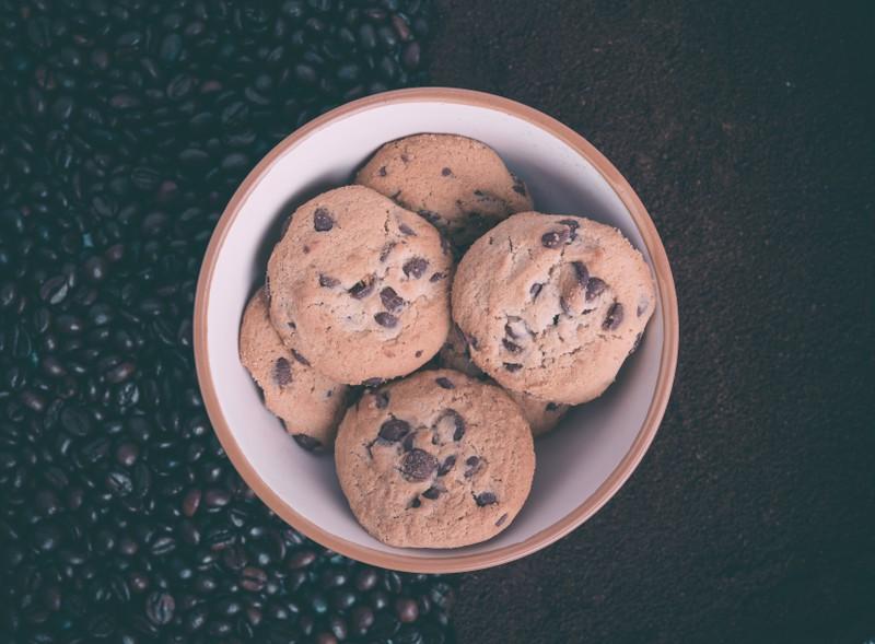Jugendliche backt Kekse mit der Asche ihres Großvaters