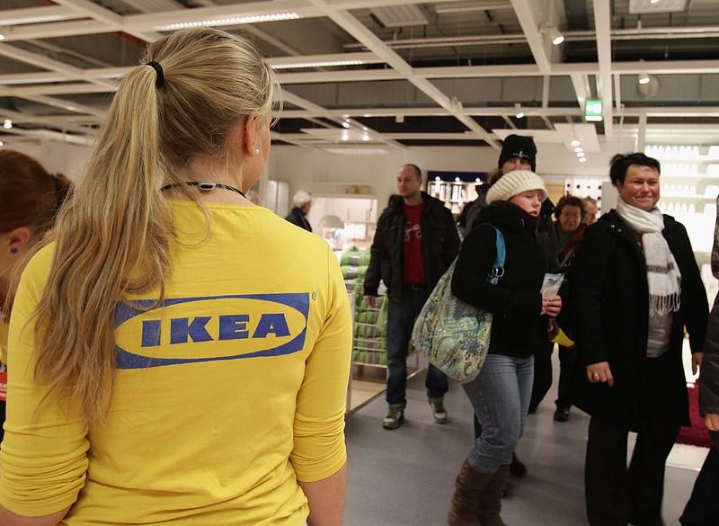 Verkäuferin bei Ikea