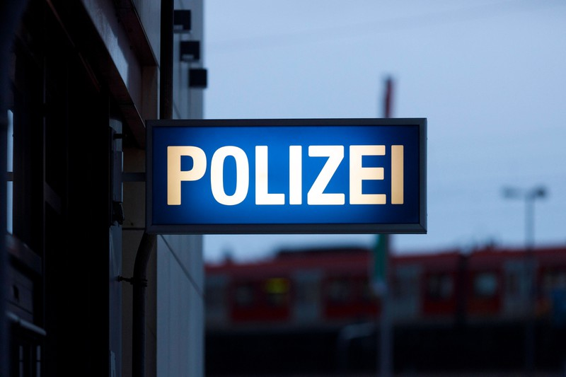 Ein beleuchtetes Polizei-Schild