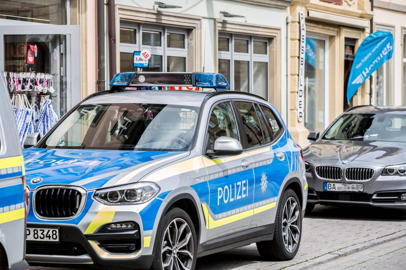 Ein Polizeiauto parkt am Straßenrand