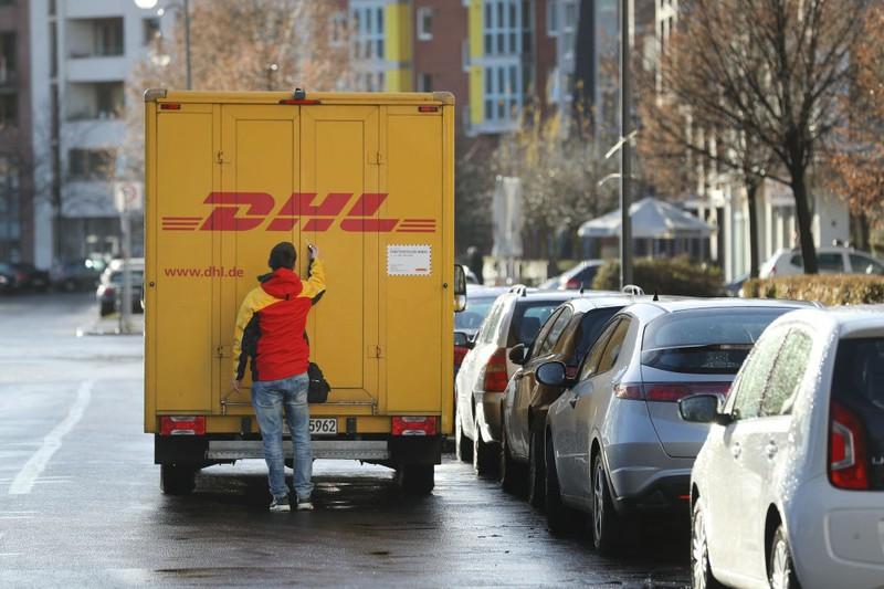 Eine DHL-Zustellerin fragt nach Date