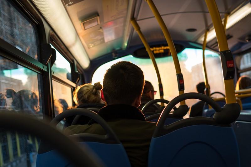 Busfahrer schmeißt Fahrgäste raus und erntet dafür nur Lob