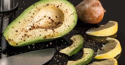 So machst du eine Avocado in 10 Minuten essreif