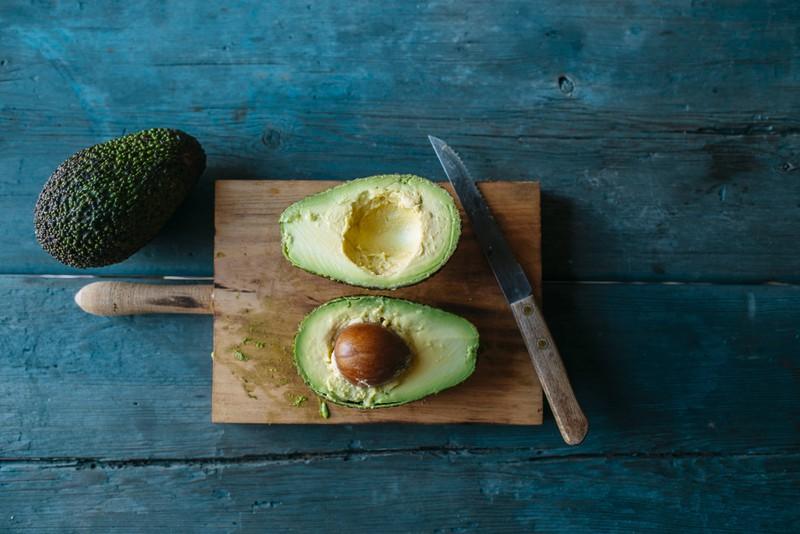 Wenn deine Avocado noch zu hart ist, kannst du sie schnell reifen lassen.