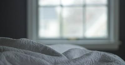 Wohnung verwechselt: Mann legt sich neben schlafendes Pärchen ins Bett