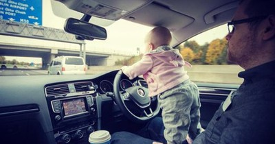 Er lässt seine 3-Jährige Tochter mitten auf der Autobahn lenken - zumindest denken das alle