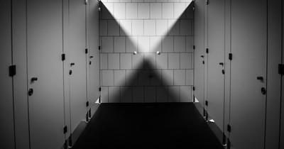Warum Toilettentüren nie bis zum Boden reichen: