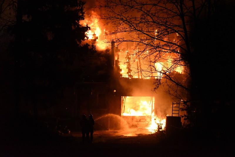 Der Hausbrand bringt eine Menge Mysterien mit sich.