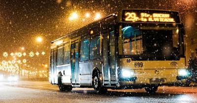 Ein Obdachloser steigt in ihren Bus