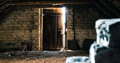 Mann findet Geheimklappe in geerbten Haus - und findet etwas Mysteriöses
