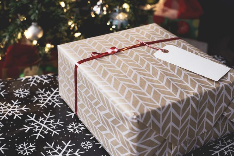 48 Jahre lang öffnete er das Weihnachtsgeschenk seiner Ex nicht – bis jetzt