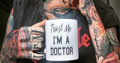 Ärztin wird von anderen aufgrund ihrer Tattoos immer wieder verurteilt