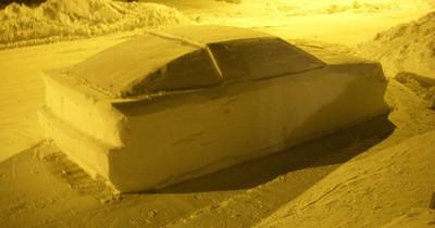 """Er baut ein Auto aus Schnee und """"stellt"""" es ins Halteverbot"""