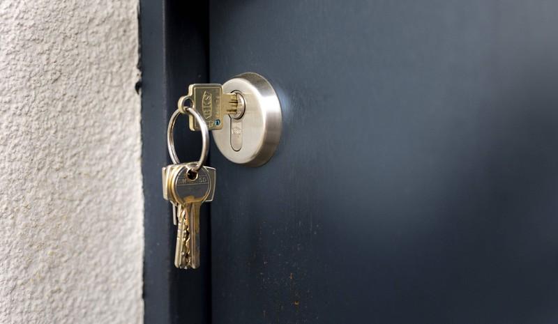 Ein Schlüssel steckt im Schlüsselloch