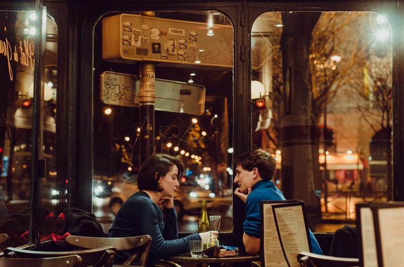 Ein Mann kann auf dem ersten Date nicht für das Essen im feinen Restaurant zahlen