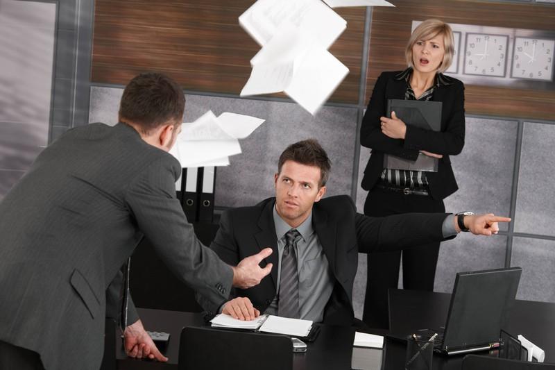 Eine Auseinandersetzung im Büro, weil man im Job den Chef nicht ausstehen kann