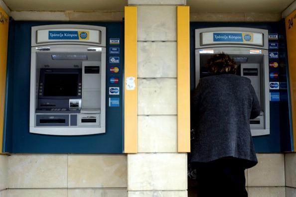 Zwei Bankautomaten, Frau am Geldautomat