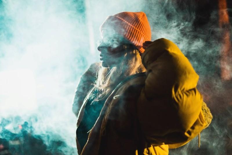 Ein Mensch, der von einem Geist berührt wurde und daher Rauch entsteht