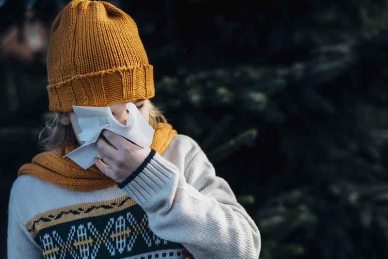 Ein Kind, das erkältet ist. Nicht untypisch für die Winterzeit