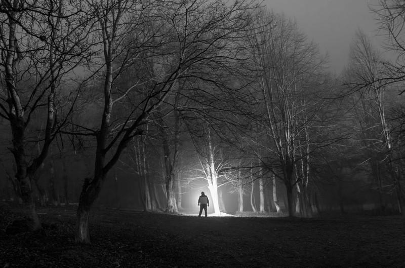 Ein gruseliger Mann im Wald, der Spaziergängern durchaus Angst machen kann