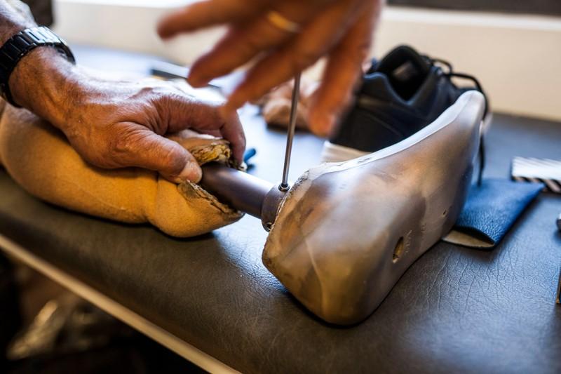 Eine Beinprothese, die einem Straftäter gehörte, der im Wald vor der Justiz flüchtete
