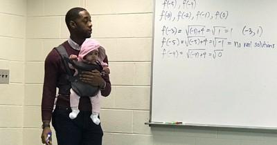 Weil sein Student keinen Babysitter finden konnte, trägt er das Baby selber