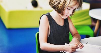 Kind mit Dyslexie schreibt herzergreifendes Gedicht und begeistert damit das Netz