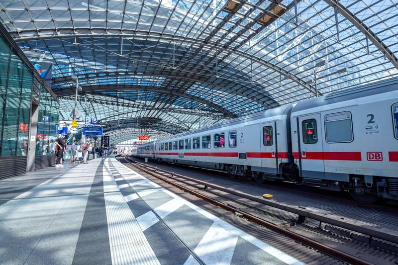 Berliner Hauptbahnhof mit Zug